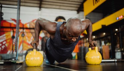9 طرق لتغيير تمارين الضغط وتقوية صدرك